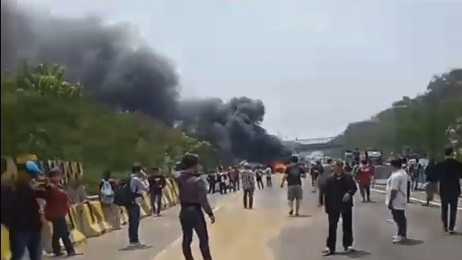 Kecelakaan Beruntun di Toll  Cipularang KM92, Beberapa Mobil Terbakar
