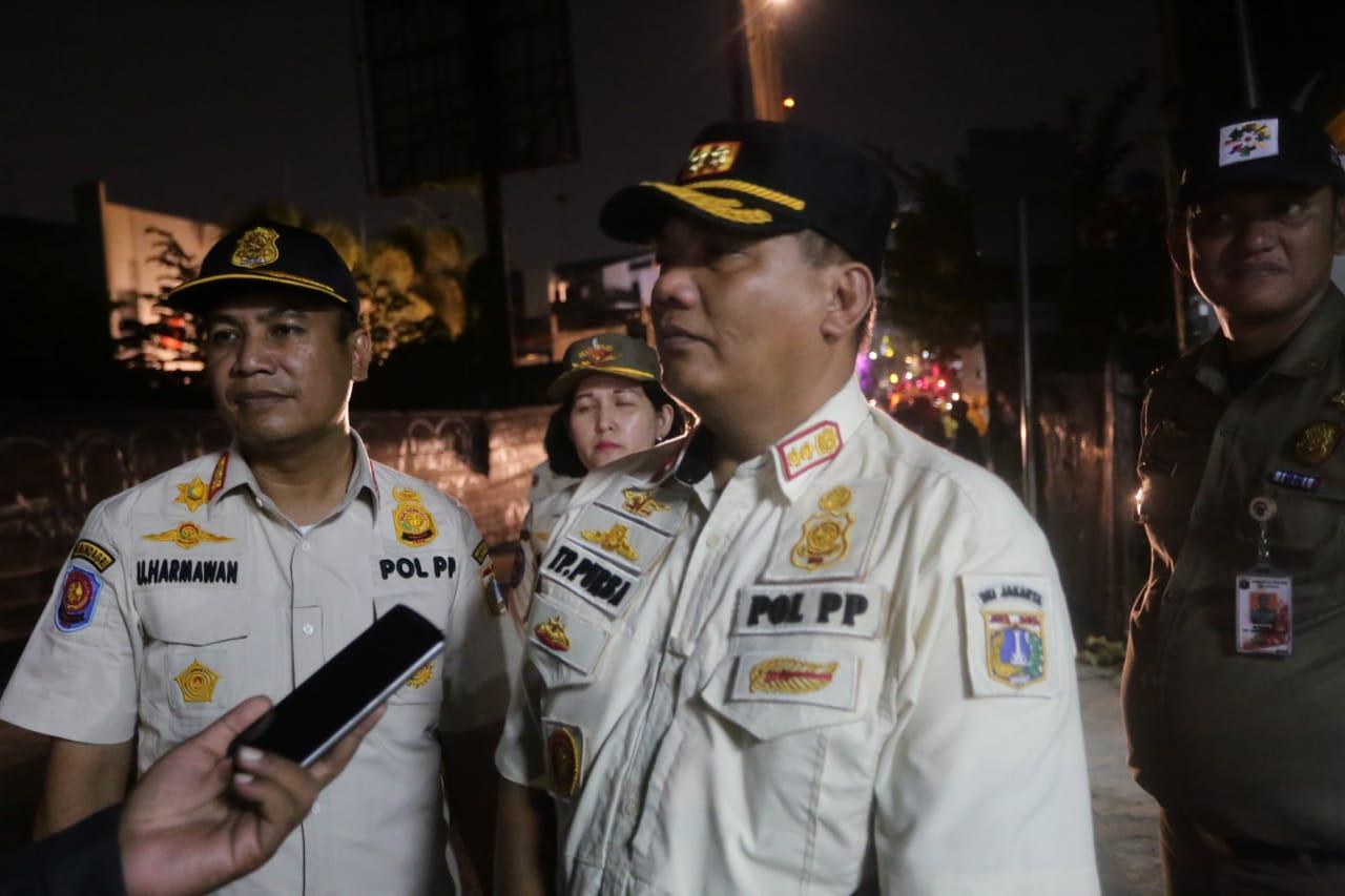 Tim Gabungan Pemkot Jaksel Tertibkan Tiang Reklame
