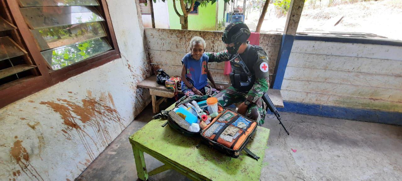Satgas Pamtas RI-PNG Yonif Raider 100/PS Pos Waris Berikan Pelayanan Kesehatan kepada Warga