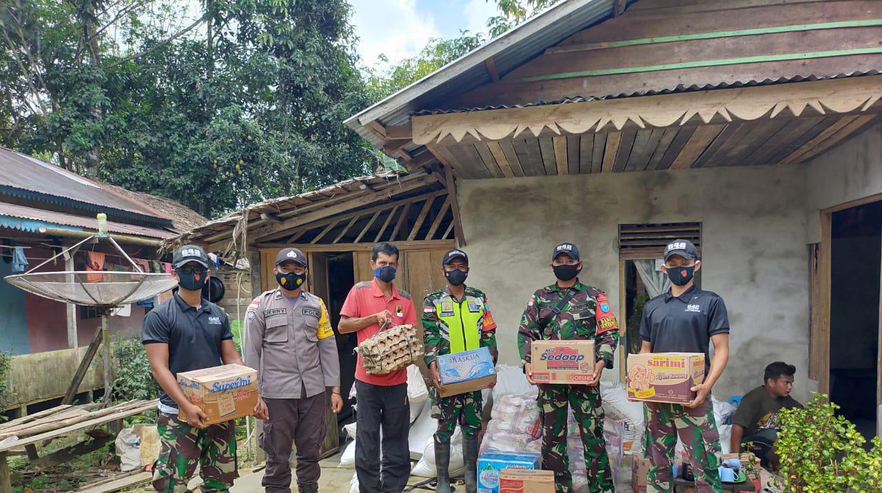 Bersinergi, SatgasPamtasYonif 642Bersama Polisi dan Aparat Pemerintah Bagikan Sembako Bagi Warga Dusun Kinda