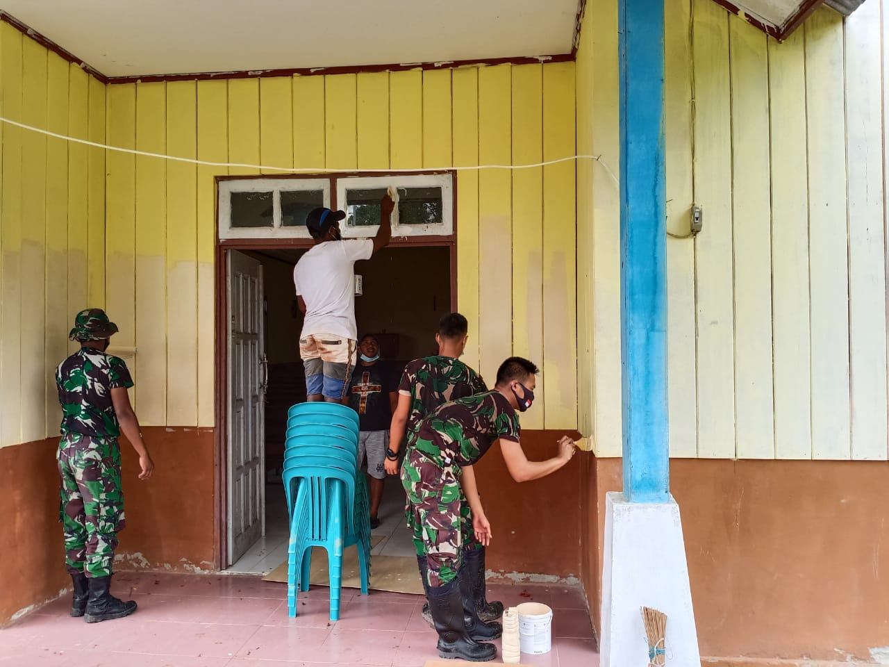 Berikan Rasa Nyaman Saat Beribadah, Satgas Pamrahwan Yonif 756 Renovasi Gereja Katolik Santo Stevanus Kàmpung Sempan Timur Mimika