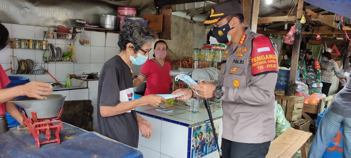 Tiga Pilar Jakarta Barat Kampanyekan Penggunaan Masker di Pasar Jembatan Lima Tambora