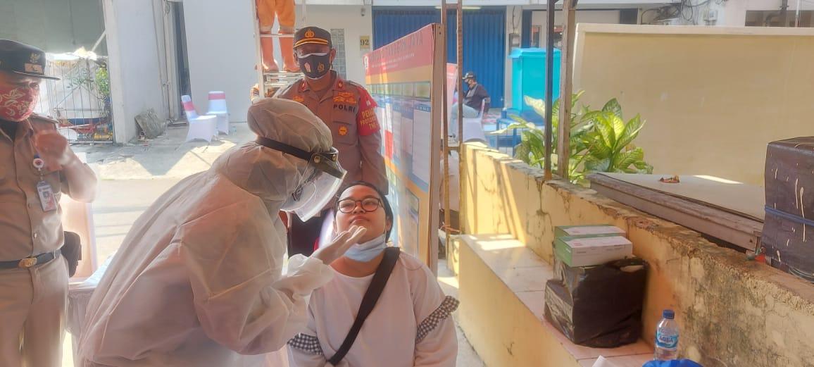 Polsek Tambora dan Tiga Pilar Lakukan Swab Antigen Kepada Warga Kampung Jaya