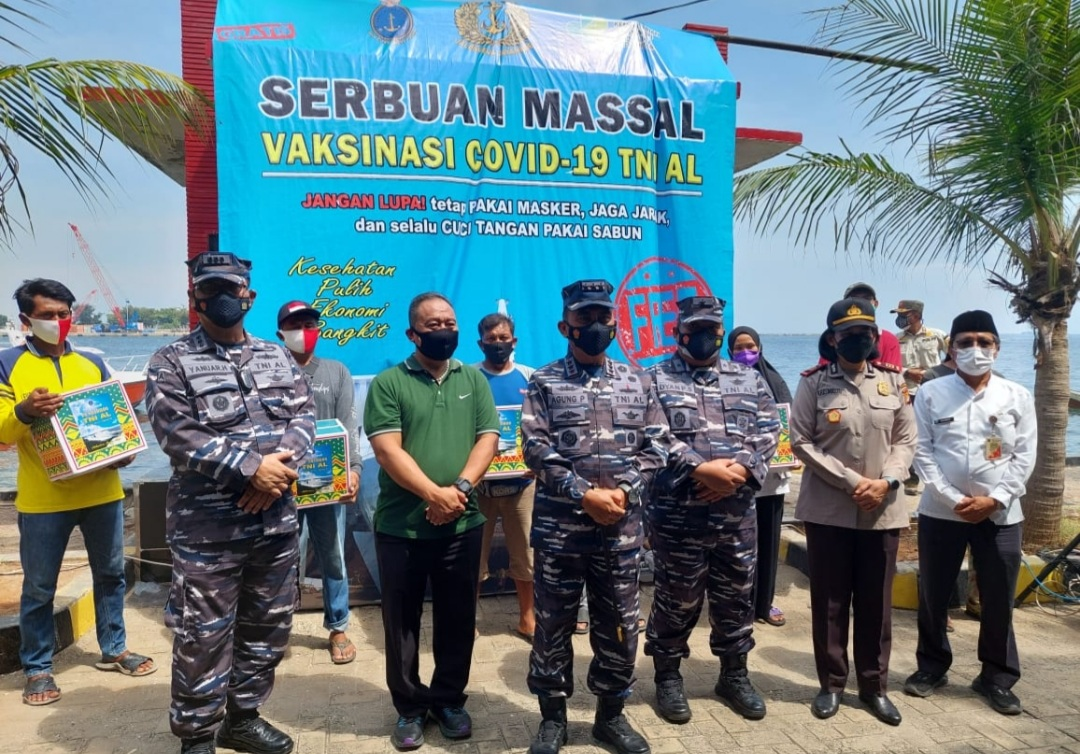 TNI AL Kerahkan KRI Pollux-935 Untuk Laksanakan Vaksinasi di Laut Bagi Nelayan di Perairan dan Pesisir Teluk Jakarta